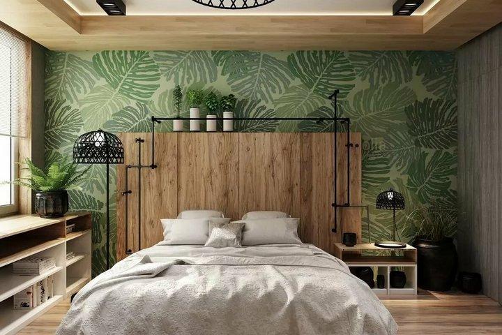 Обои с тропическим рисунком и дерево в спальне
