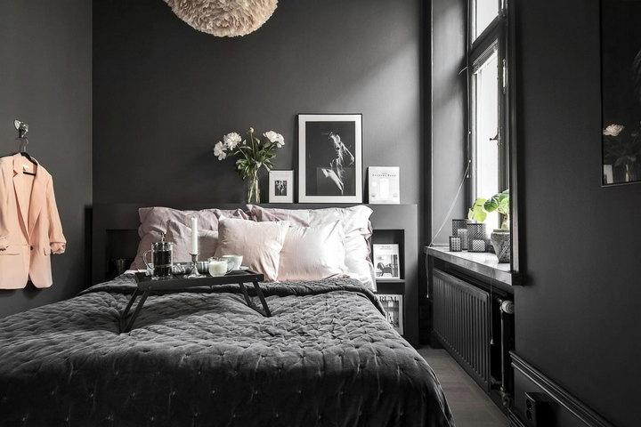 Спальня в черном цвете с большим окном