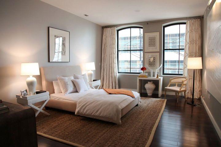 Светлая спальня с плетеным ковром и светлой мебелью