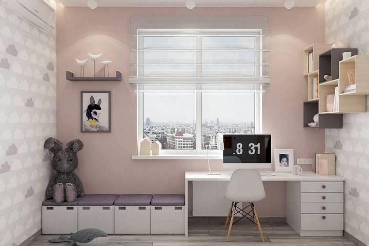 Рабочий стол и зона для отдыха у окна