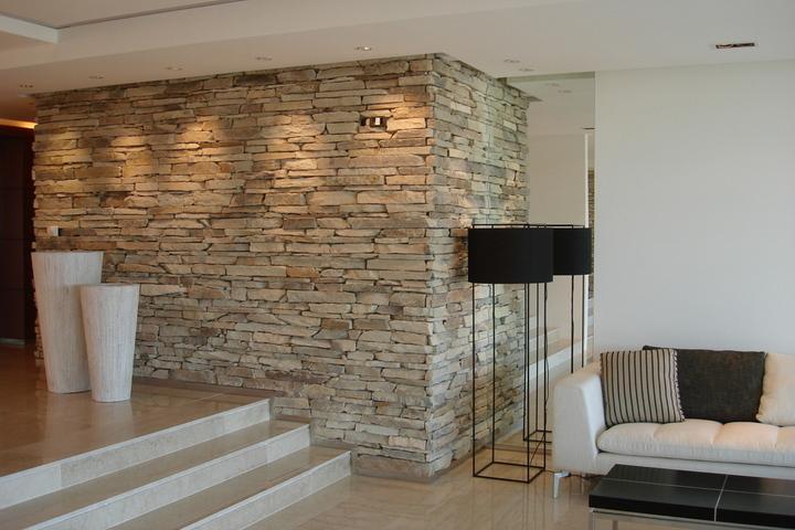 Натуральный камень в отделке стены