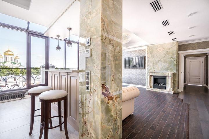 Мраморная колонная в столовой-гостиной
