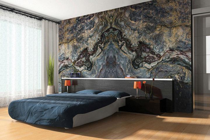 Мраморная стена за изголовьем кровати