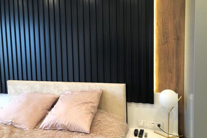 Обустроенная спальная зона с личными светильниками и розетками
