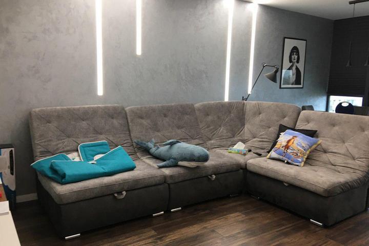 Зона гостиной с большим диваном