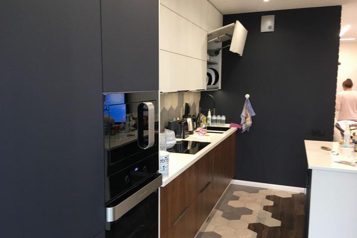 Кухонный гарнитур белого и темно-серого цвета с деревом