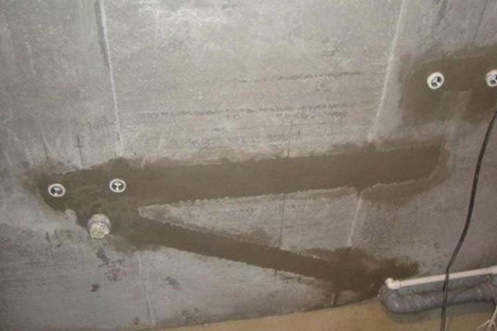 Замурованные трубы в стене