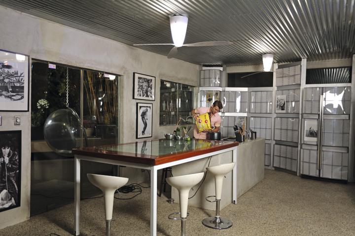 Интерьер столовой с стеклянным столом