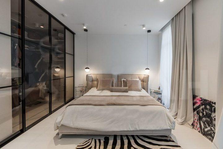 Спальня с бежевым текстилем