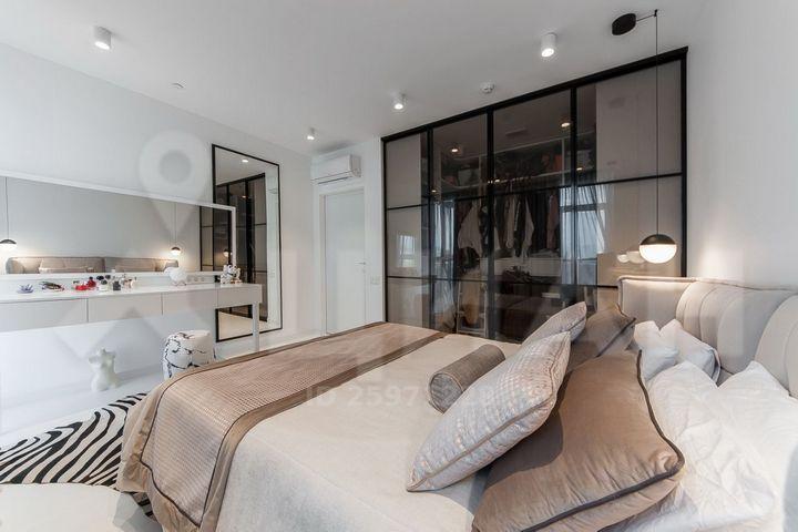 Спальня Айзы и черные двери в гардеробную