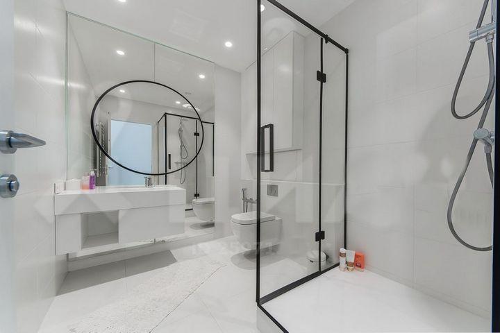 Монохромная отделка ванной комнаты