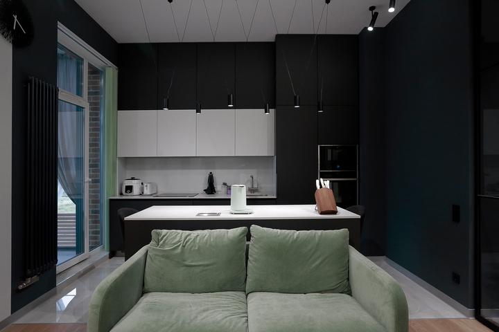 Вид на кухню с антресолью