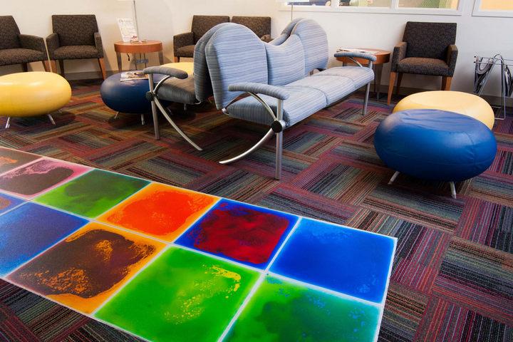 Живая плитка с разными цветами