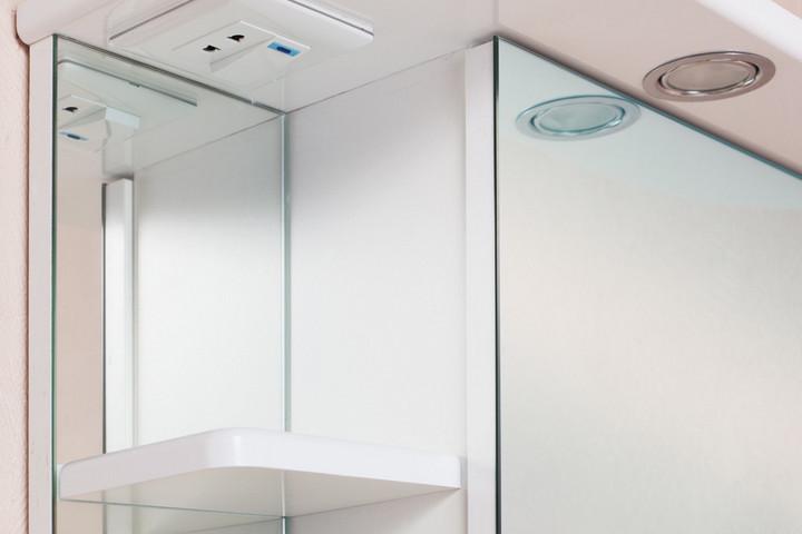 Зеркальный шкафчик с розеткой