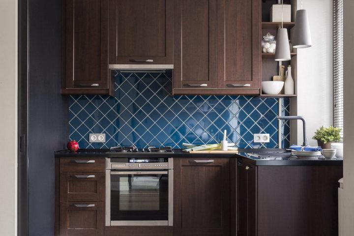 Кухонная рабочая зона с переходом к окну
