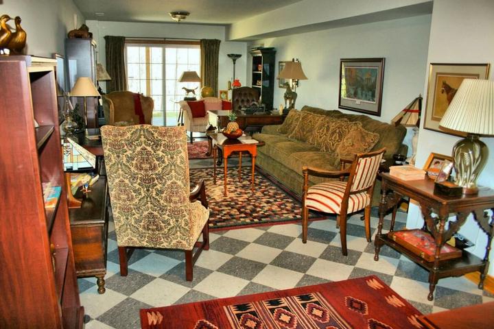Гостиная, заставленная мебелью