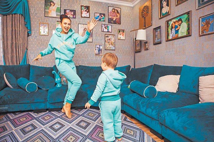 Гостиная с большим диваном