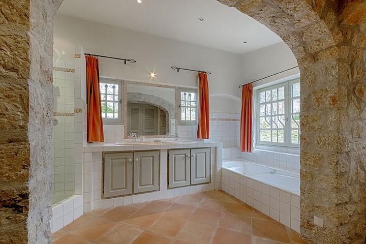 Ванная комната с каменной аркой