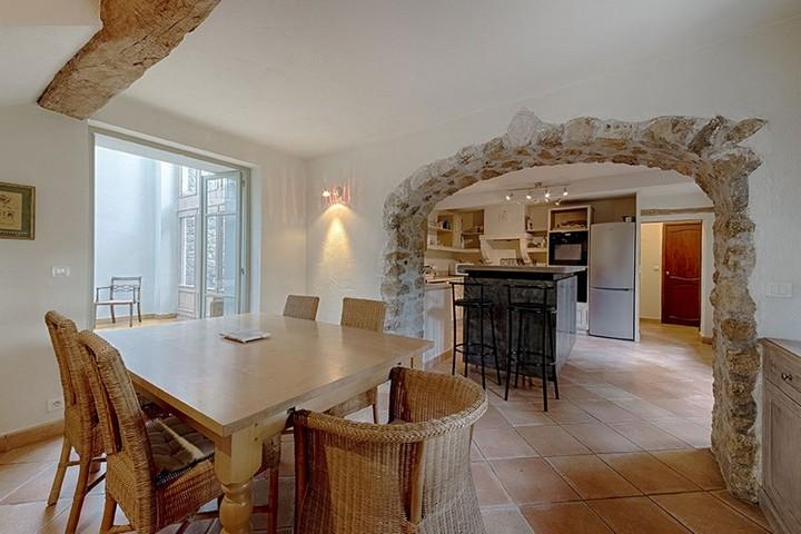 Столовая и кухня с каменной аркой