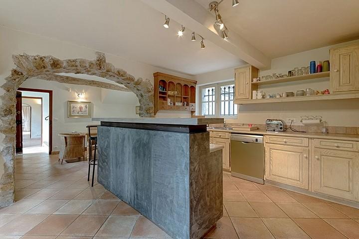 Кухня с бетонным островом