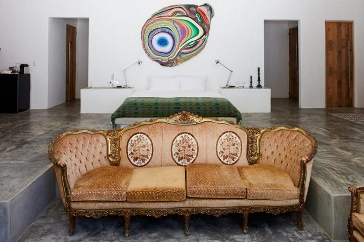 Классический диван в лаконичном номере