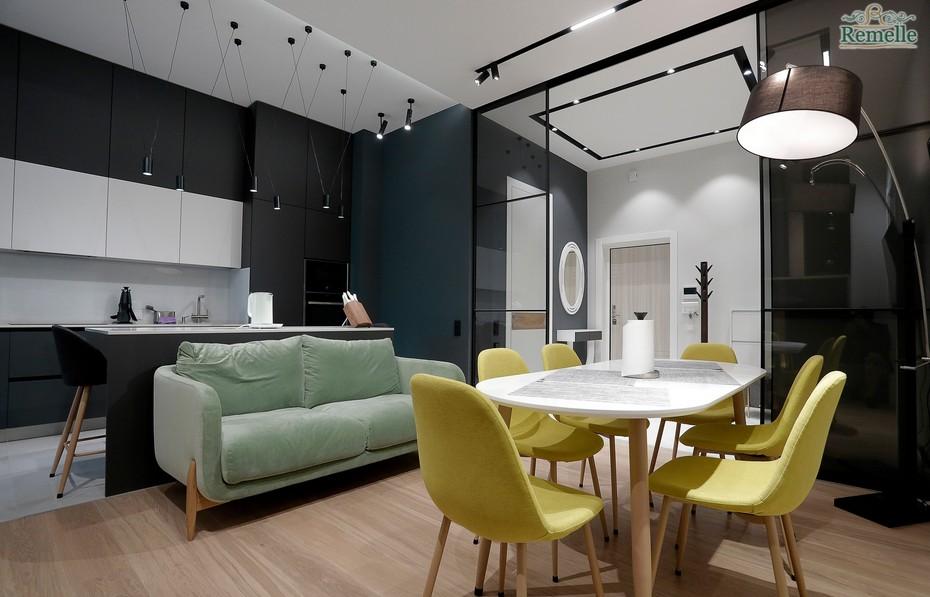 Асимметричное расположение мебели и цветов