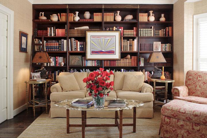 Симметрично расставленная мебель и шкаф для книг