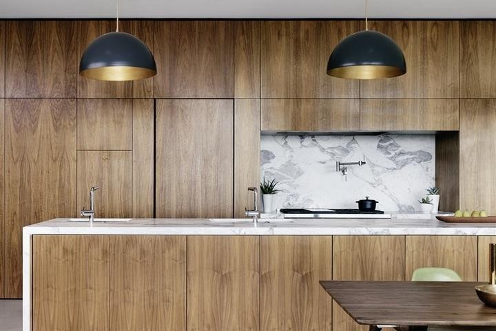 Дерево и мрамор в оформлении кухни