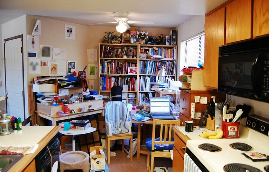 Заставленная кухня-столовая