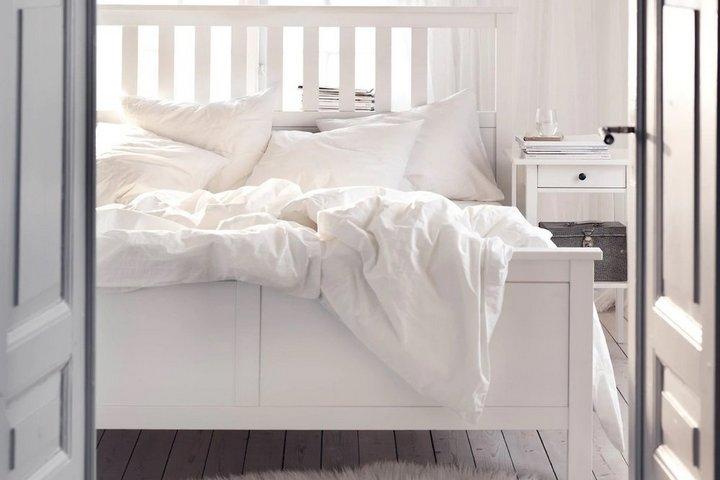 Деревянная кровать с ножками