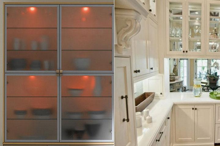 Слева — матовое стекло, справа — классический стиль кухни со стеклянными вставками