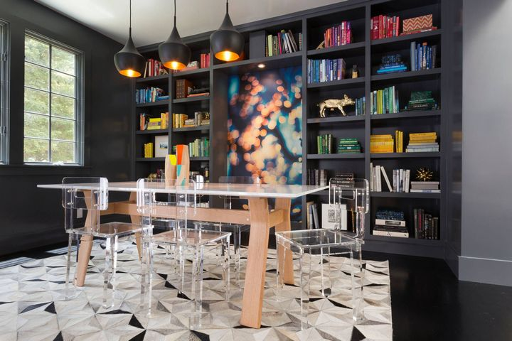 Прозрачные стулья в столовой зоне