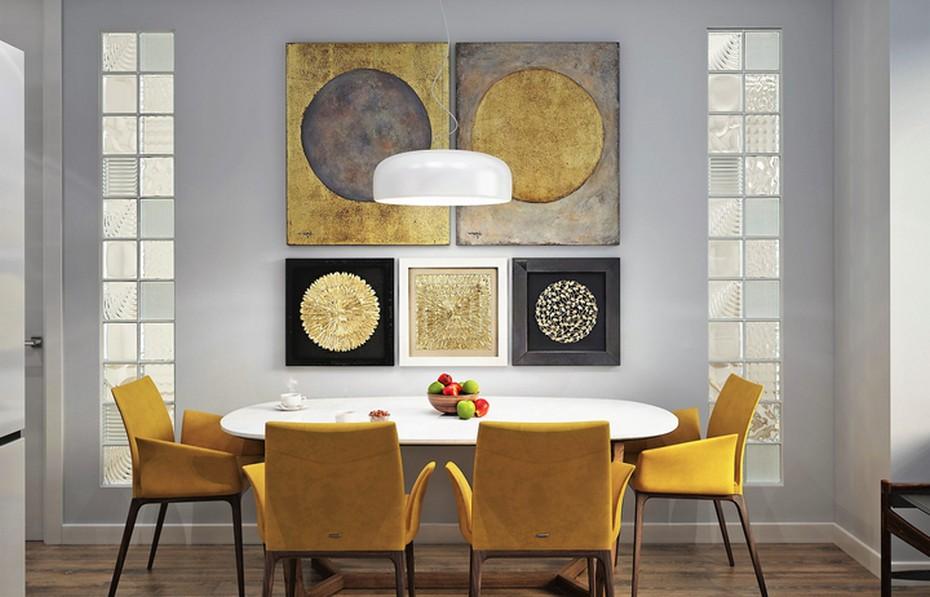 Горчично-желтые стулья в столовой