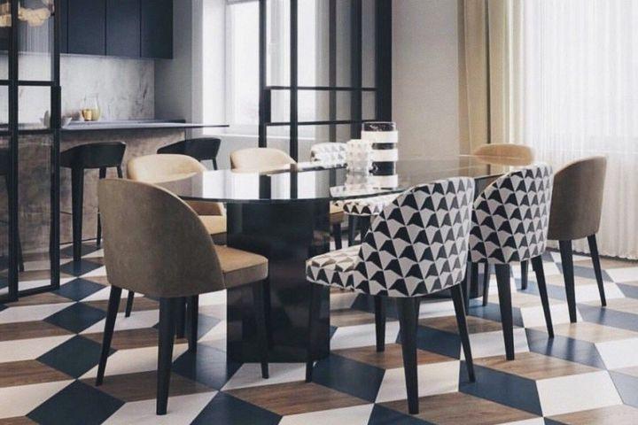 Разные стулья у стола