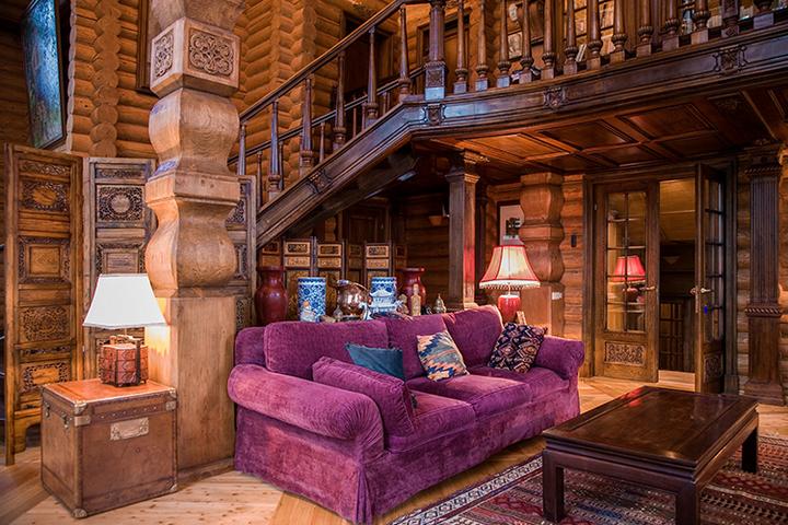 Мягкий диван в гостиной