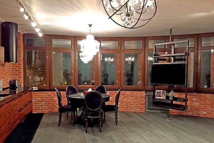 Кирпичная кладка в гостиной-кухне-столовой