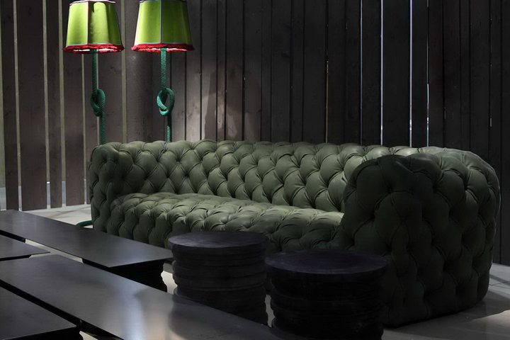 Зеленый диван в гостиной