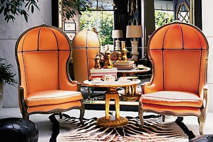 Яркие кресла с капюшоном в гостиной