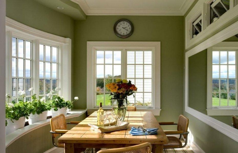 Оливковые стены с белыми окнами