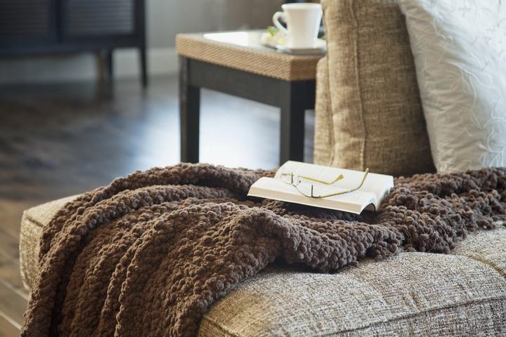 Теплый плед на диване