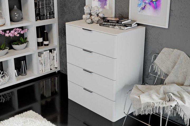 Высокий комод в гостиной с декоративными предметами