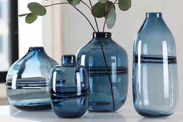 Объемные вазы с узким горлышком