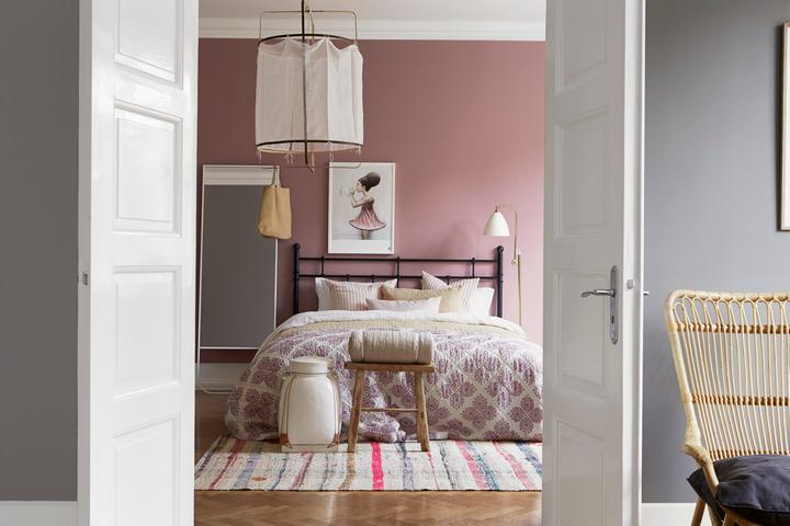 Спальня с розовой стеной