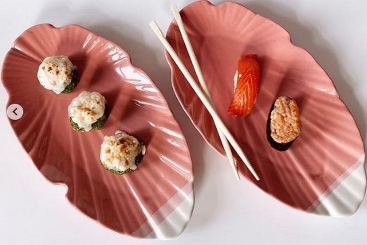 Сервировочная тарелка кораллового цвета