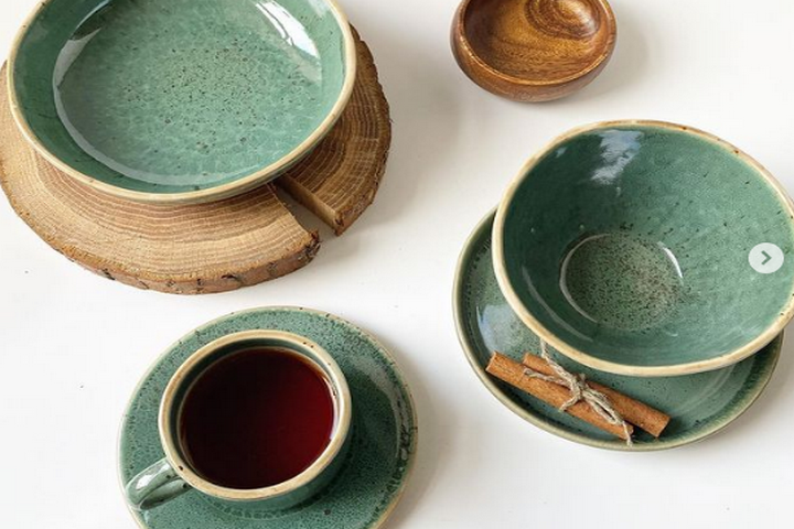 Фарфоровая посуда зеленого цвета
