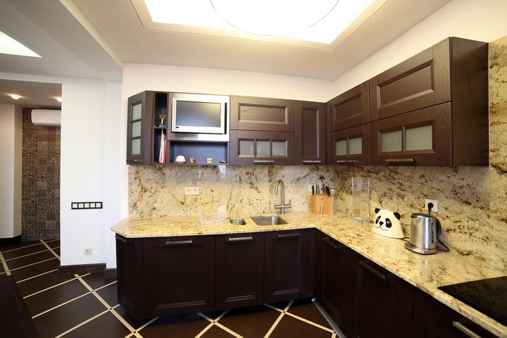 Кухня без стыка столешницы и фартука