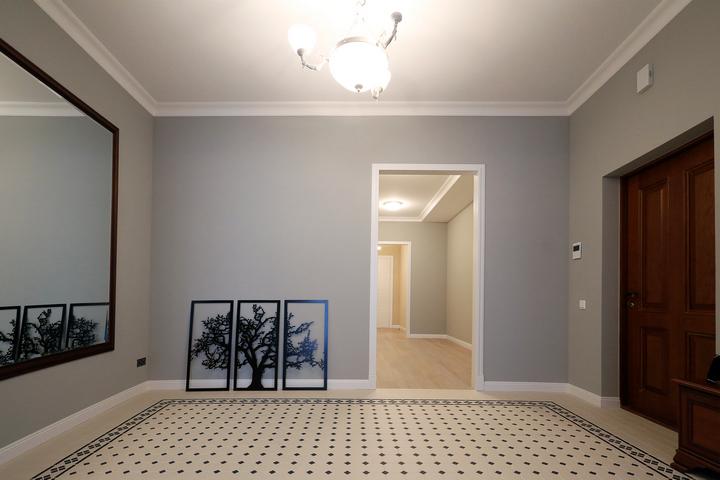 Прихожая-холл с плиточным ковром