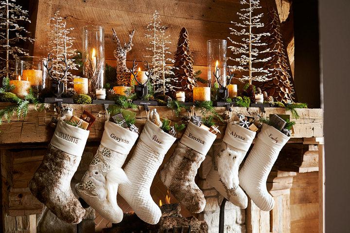 Праздничные носки над камином