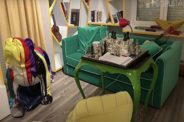 Зеленый диван в кабинете