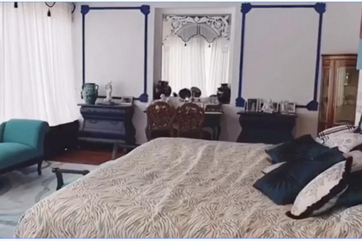 Синие оттенки и эклектика в спальне